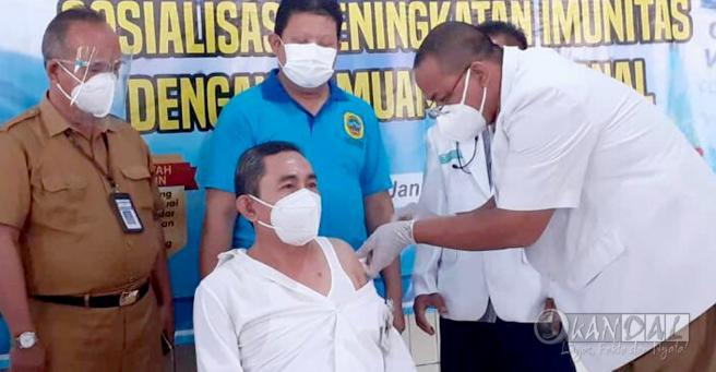 """Pertama Kali Disuntik Vaksin, Bupati Pati Haryanto """"Kok Tidak Terasa Ya"""""""