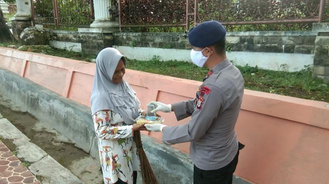 Brimob Maluku Berbagi Sarapan Pagi Kepada Masyarakat
