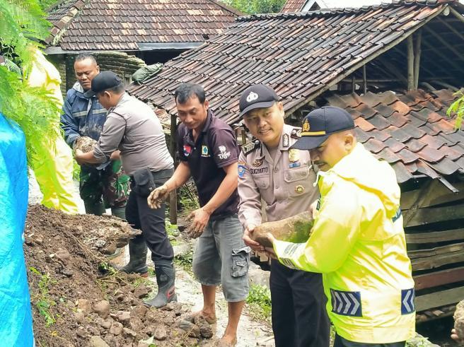 Bencana Longsor Menimpa 3 Desa